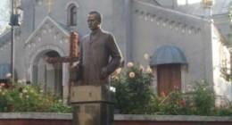 Франко біля церкви