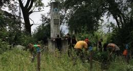 волонтеры очищают территорию у памятника евреям Борислава