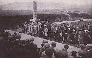 на открытии памятника убитым землякам, Борислав, 1945 (нынешнее состояние памятника отражено на верхнем фото)