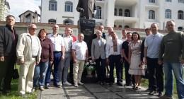 На фото: члени Трускавецької міської організації партії «Батьківщина» покладають квіти до пам'ятника Франка з нагоди 20-ліття партії «Батьківщина».